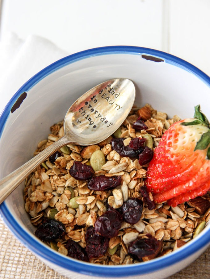 Basic Granola with Cinnamon & Honey easy breakfast to make for busy people on the go www.thehomecookskitchen.com
