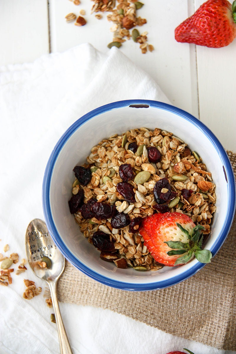 Basic Granola with Cinnamon & Honey - healthy breakfast for busy people www.thehomecookkitchen.com