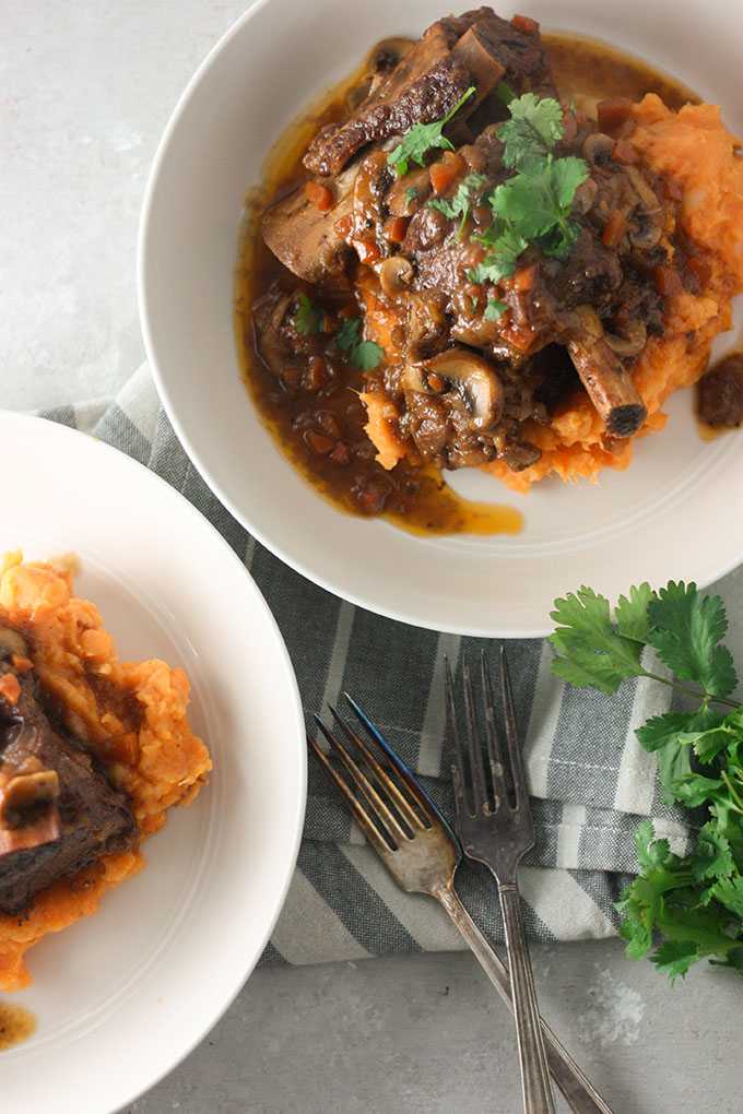 bourbon beef short ribs www.thehomecookskitchen.com #beefribs #beefrecipe #weeknightdinner #datenight
