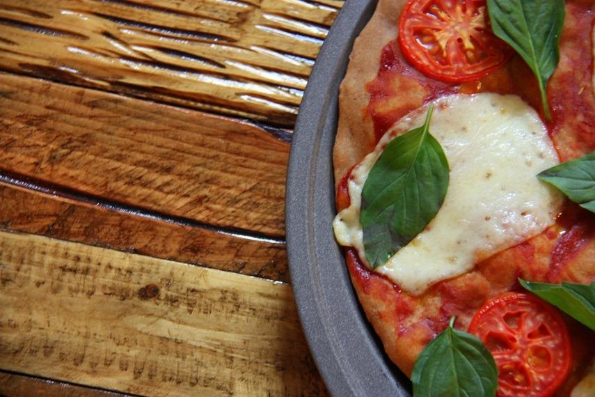tomato, mozarella, basil pizza www.thehomecookskitchen.com