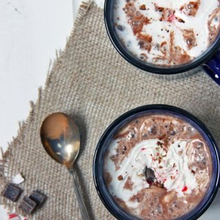peppermint hot chocolate with crushed candy canes_healthypears-com_christmas-recipes-peppermint-hot-chocolate-festive-season_drinks