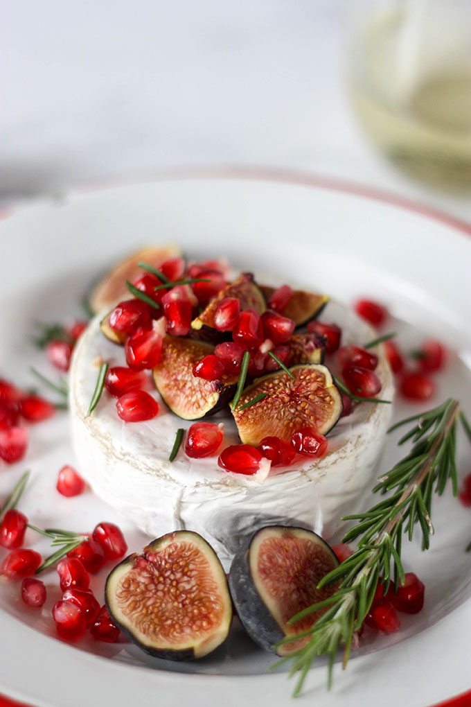 Oven Baked Brie with Fig & Pomegranate www.thehomecookskitchen.com - perfect for a #thanksgiving or #christmas feast #appetizer