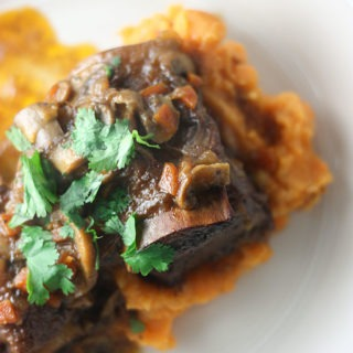 these bourbon beef short ribs are perfect for a weeknight dinner or date night www.thehomecookskitchen.com #datenight #beefribsrecipe #bourbon