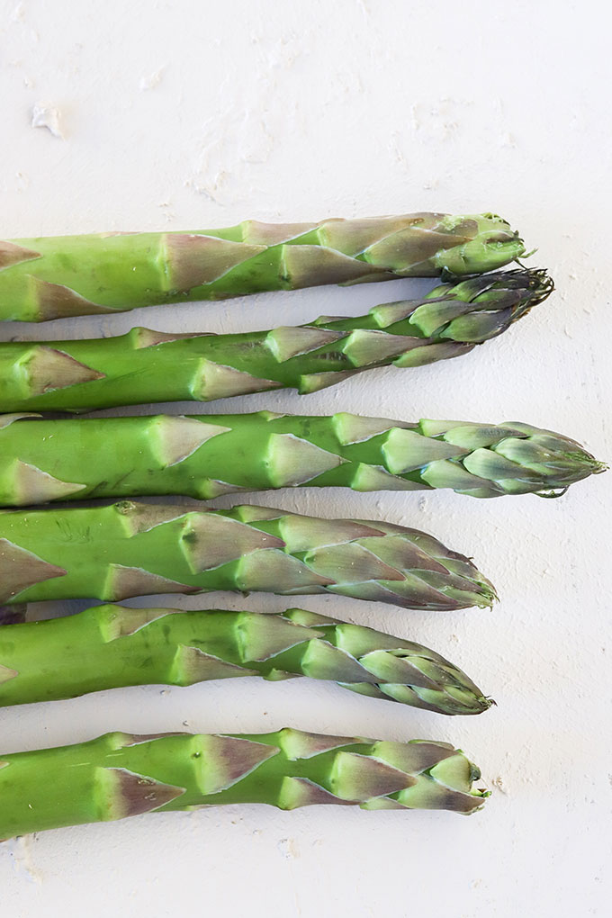 6 stalks of asparagus lined up in a row